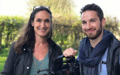 Hvad er hygge? Filmhold på besøg i haven for at filme dansk hygge
