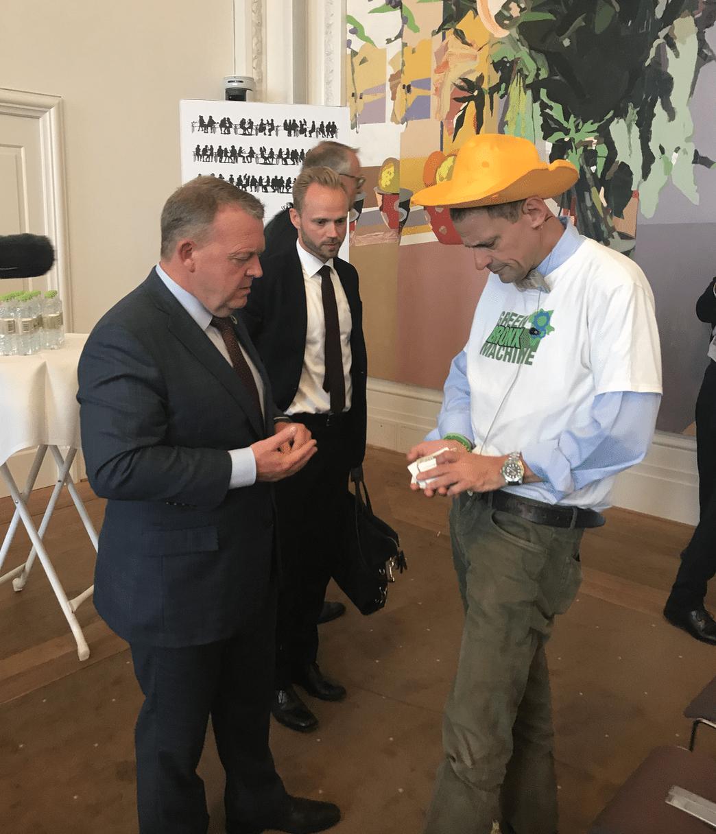 """Et af ugens bedste øjeblikke – for mig – var dette: Lars Løkke Rasmussen bad en af mine store helte, manden med den gule oste-hat, Stephen Ritz fra The Bronx Machine, om et visitkort, fordi han gerne vil høre mere om urban garden-projekterne blandt skolebørn i et belastet boligområde i storbyen New York, hvor """"food deserts"""" er udbredte, men hvor det, at dyrke mad hjælper på alt – fra kriminalitet til sundhed til karaktergennemsnit."""