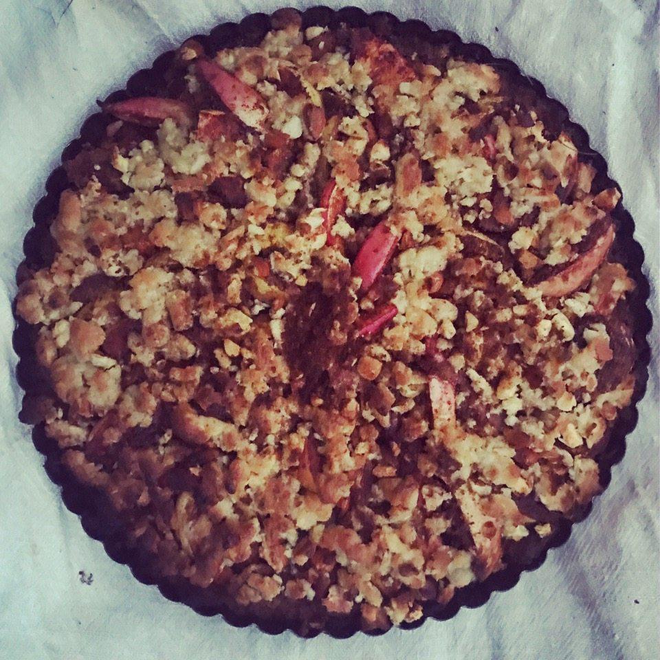 Klokken var blevet 19.30 da tærten var færdig og der var dermed tusmørke. Men på næste billede ses tærten, som den så ud her til morgen, da jeg blev enig med mig selv om, at æbler i tærte jo faktisk er en sund morgenmad med frugt.</p> <p><img src=