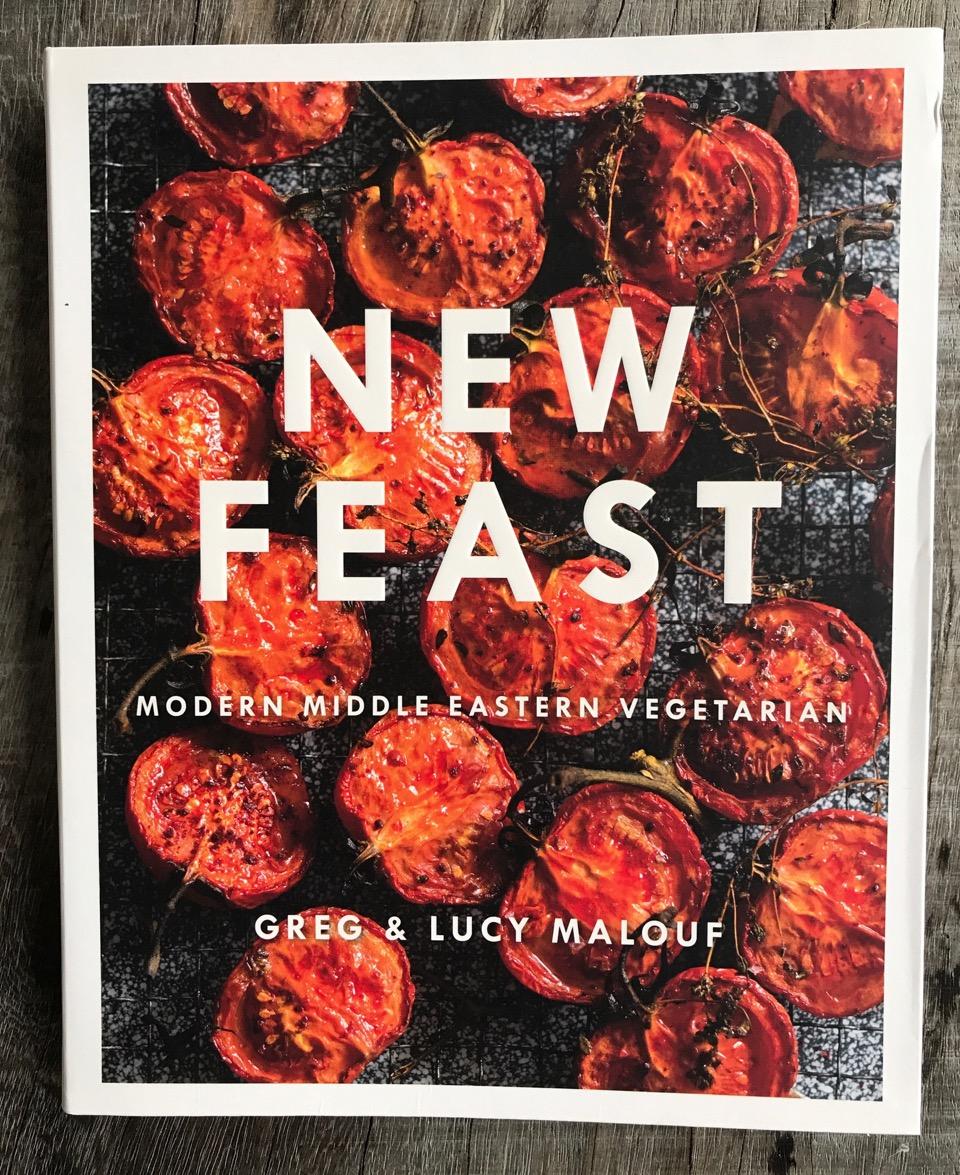 Billedtekst: Nu hvor vi har så mange grøntsager på vores breddegrader, at vi næsten ikke ved, hvad vi skal stille op med dem, vil jeg anbefale at tage et kig på alle de vidunderlige kogebøger, som tager udgangspunkt i det mellemøstlige køkken. Her er en vegetarkogebog, som jeg købte i min lokale boghandel (Books&Company) i denne uge. Tomater, squash, kartofler på nye og lækre måder. Dejligt!