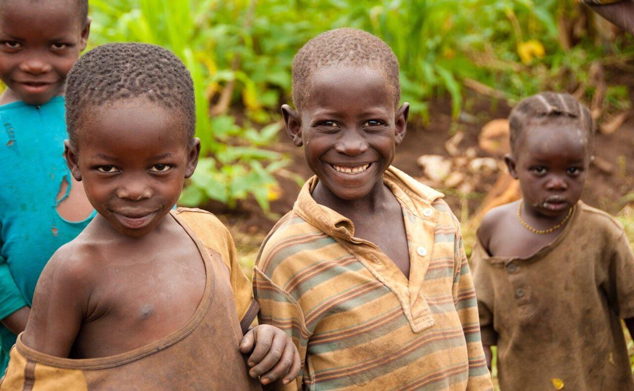 Afrikanske børn, der arbejder i marken, hvor de dyrker mad. Intet går til spilde.