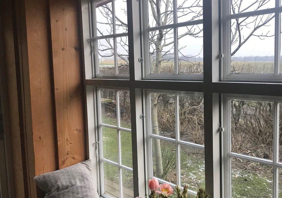 Farvel til mørke omkring vinduerne – nu maler jeg hvidt!