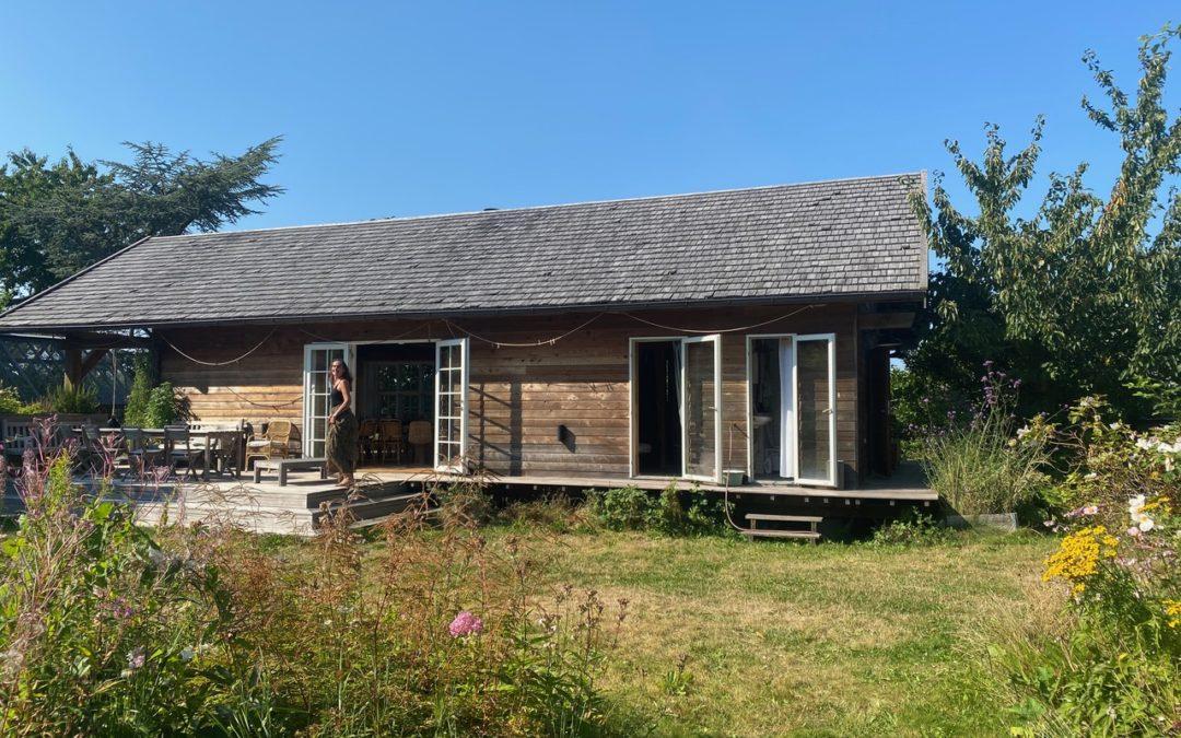 Verdens måske dejligste træhus er til salg: Ja, jeg sælger Brombærhuset!